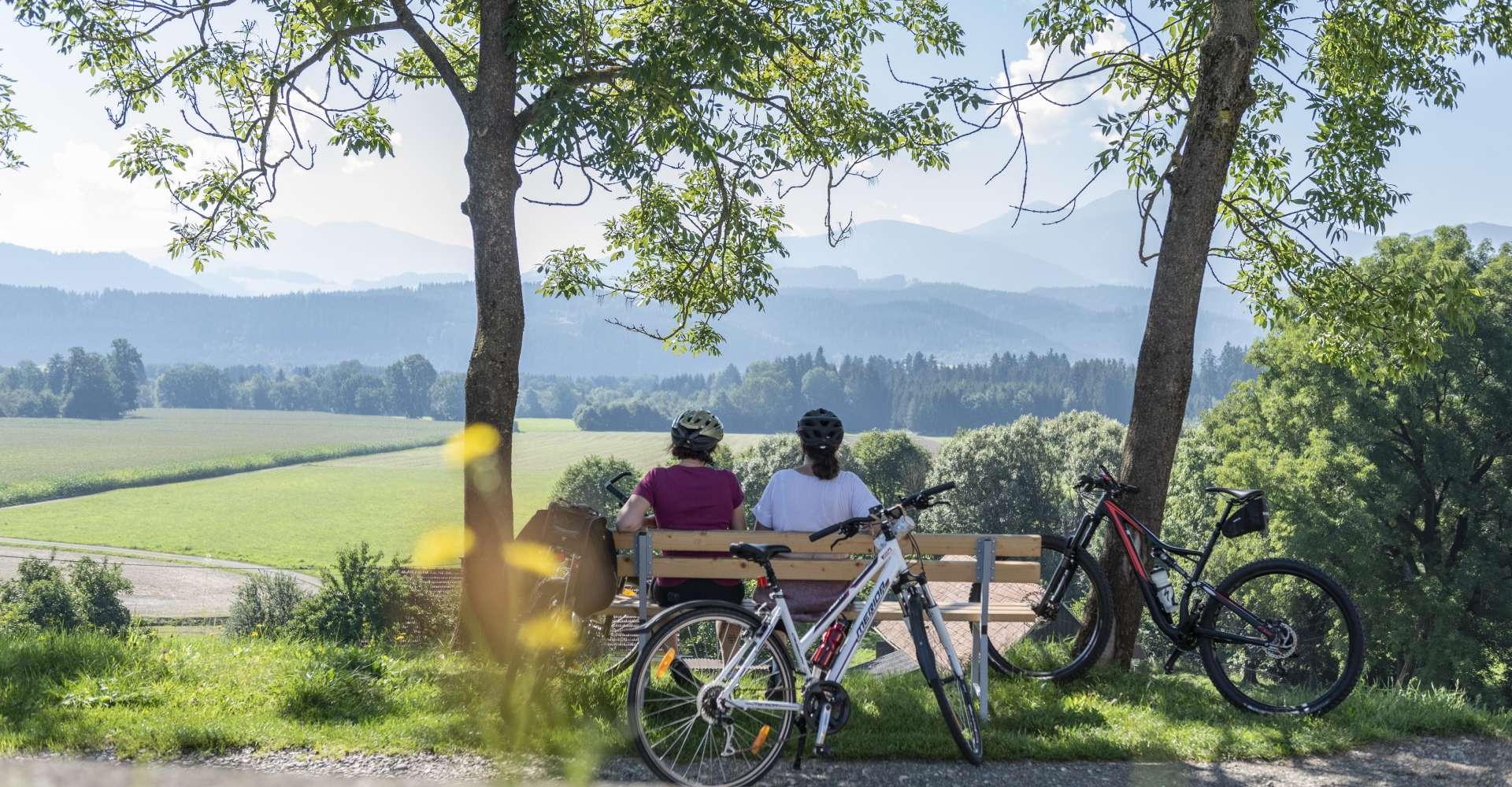 <p>Eine kurze Pause bei einer Radtour auf der Bank mit einem herrlichen Blick ins Tal im Ort Spielberg.</p> Copyright: