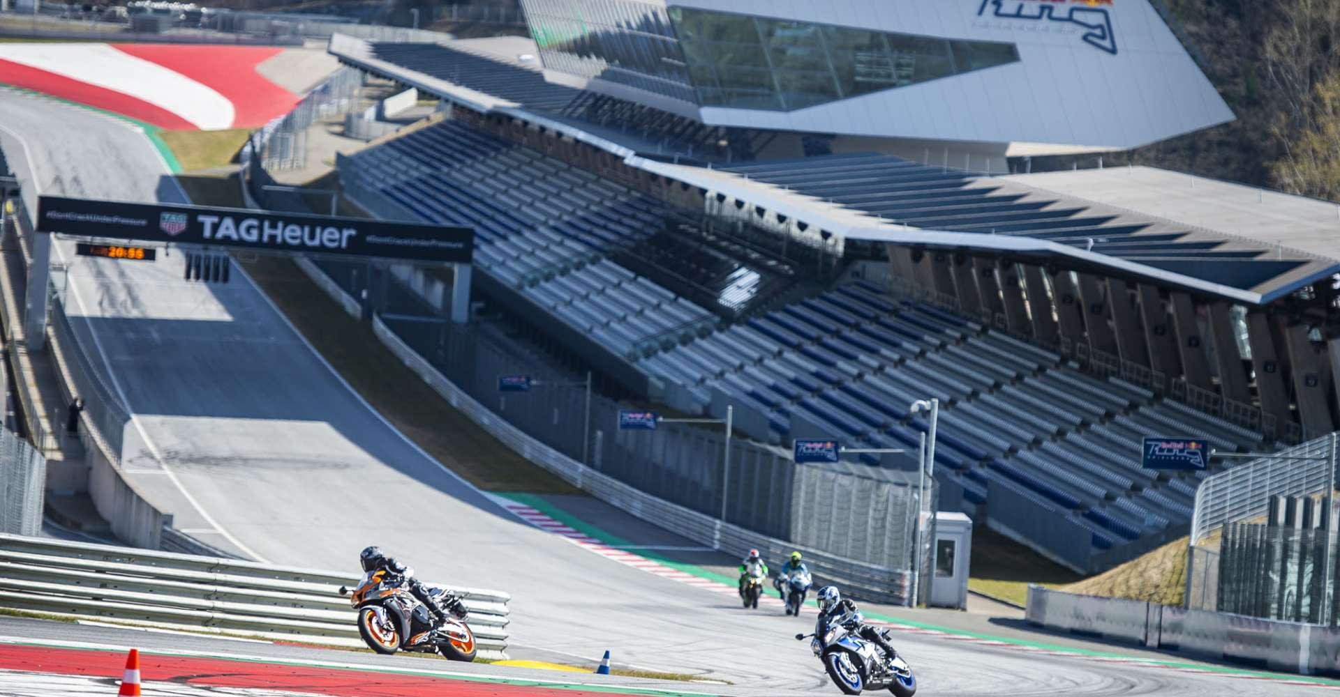 <p>Mit Motorrädern selbst auf der Rennstrecke unterwegs.</p> Copyright: