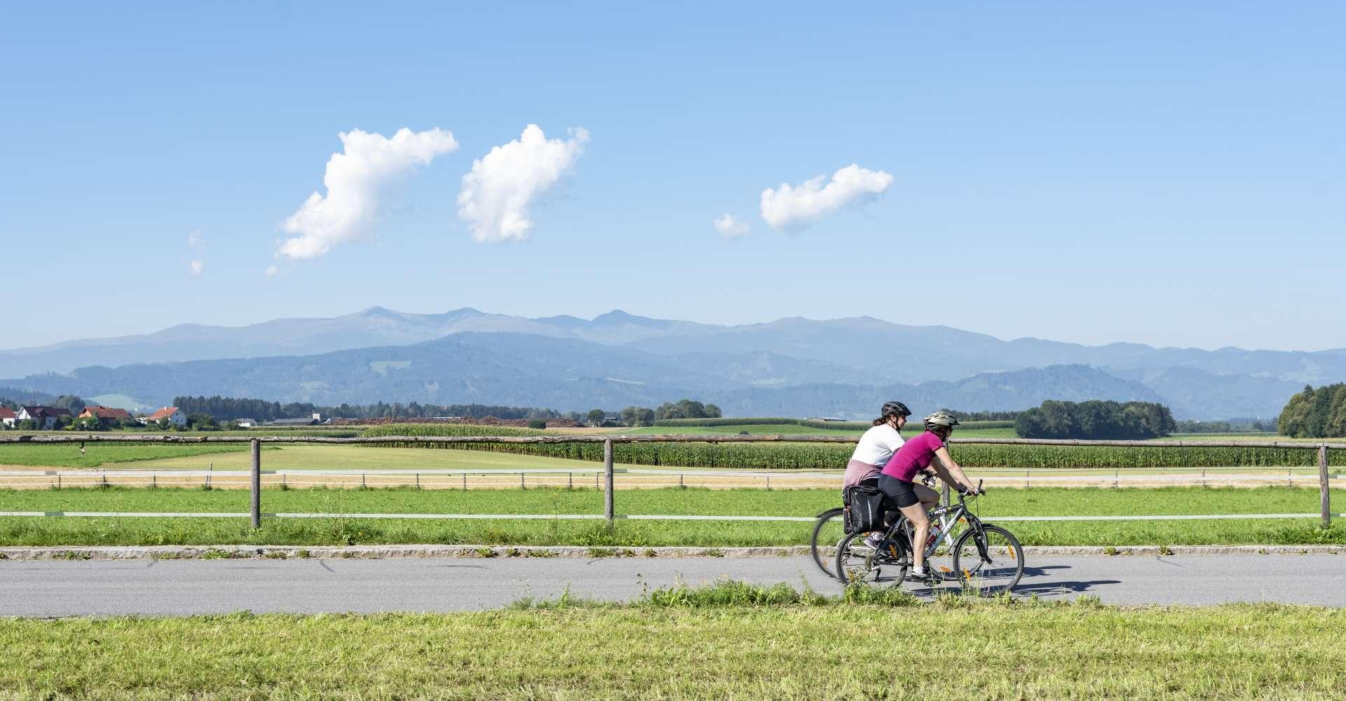 <p>Mit den Rädern unterwegs auf dem Murradweg im Murtal Richtung Großlobming.</p> Copyright: